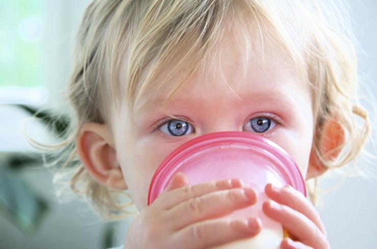 Ребенок с молоком