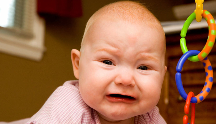 У малыша болит живот